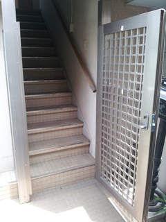 奥の扉をあけて階段を昇る