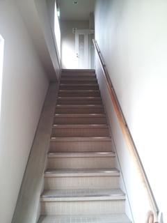 階段を昇った突き当りが事務所